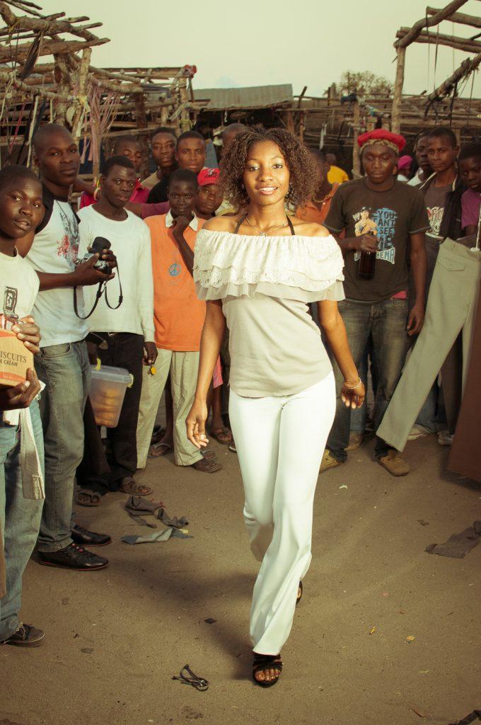 Gebrauchtkleidermarkt in Afrika: Fashionshow
